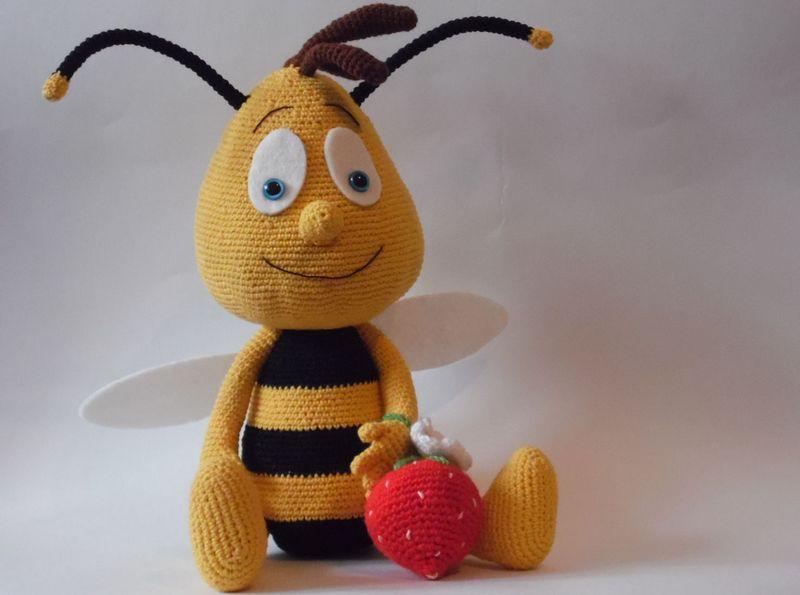 Мягкая игрушка в виде пчелы