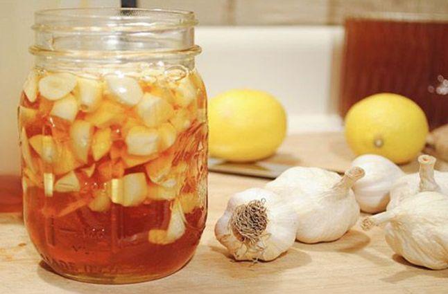 Комбинация меда, чеснока и уксуса